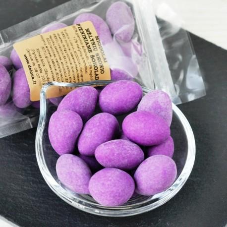 Migdolai mėlynių skonio pieniškame šokolade 100g